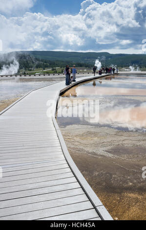 Teton County, Wyoming: Besucher entlang der Promenade am Grand Bildobjekte Spring im Yellowstone National Park. - Stockfoto
