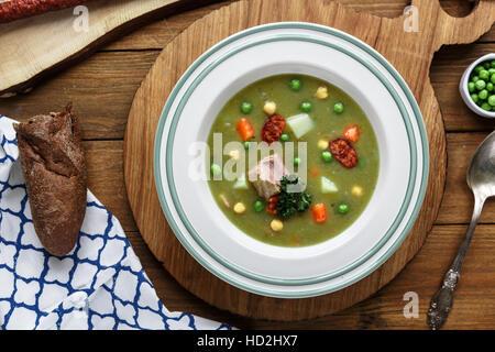 Herzhafte traditionelle holländische Erbsensuppe mit geräucherter Wurst, Roggenbrot und Speck. Oder: 'Erwtensoep - Stockfoto