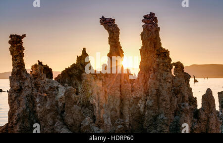 Kalktuff-Formationen bei Sonnenaufgang, Mono Lake; Lee Vining, Kalifornien, Vereinigte Staaten von Amerika - Stockfoto