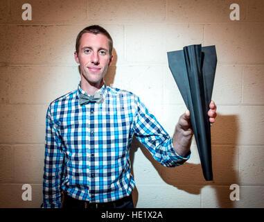 Ryan Helbach, Hypersonic Forschungsingenieur, hält ein Flugmodell Test in Hypersonic Verbrennung Forschung Zelle - Stockfoto