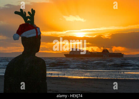 "Sonnenuntergang über Crosby, Liverpool, UK. 22. Dezember 2016. Das Wetter.  A ' o ' P & Frachtschiff übergibt ""Antony - Stockfoto"