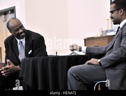 Martin Luther King Jr. (Kelvin Wade) teilt einen Witz mit Malcolm X (Masaud Olufani) während einer 22 Jan. Aufführung - Stockfoto