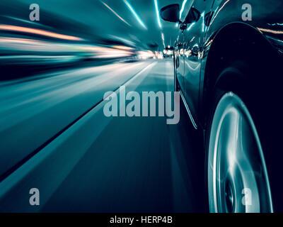 Auto fahren entlang einer Autobahn mit Geschwindigkeit - Stockfoto