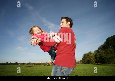 Vater und seine drei-Jahr-alte Tochter spielen Flugzeug - Stockfoto