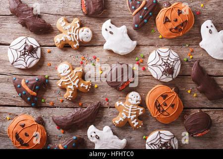 Festliche Lebkuchen Halloween auf dem Tisch. horizontale Ansicht von oben - Stockfoto
