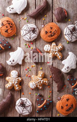 Festliche Lebkuchen Halloween auf dem Tisch. vertikale Ansicht von oben - Stockfoto