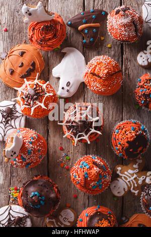 Halloween Muffins und Cookies Lebkuchen close-up auf dem Tisch. vertikale Ansicht von oben - Stockfoto