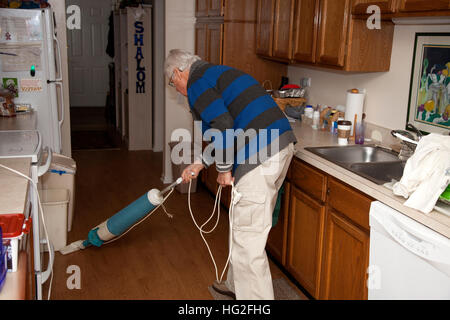 Älteren senior woman Vacuumer Küche. Downers Grove Illinois IL USA - Stockfoto