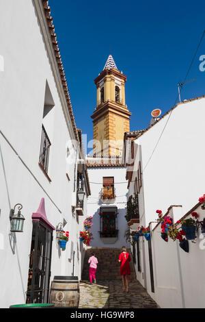 Estepona, Costa Del Sol, Provinz Malaga, Andalusien, Südspanien.  Kirche.  Turm der Iglesia de Nuestra Señora de - Stockfoto