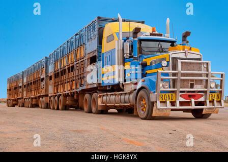 Lastzug im australischen outback - Stockfoto