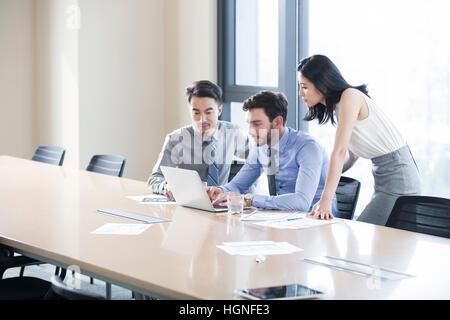 Business-Leute, die reden im Tagungsraum - Stockfoto