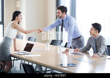 Geschäftsleute, die Hände schütteln - Stockfoto