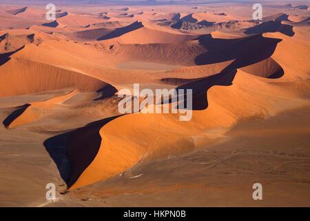 Sanddünen, White Clay Pan, die Salzpfanne, Deadvlei, Sossusvlei, Namib Wüste, Namib-Naukluft-Pk, Namibia, von Monika - Stockfoto