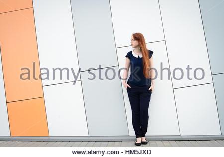 Redhair Frau mit Sommersprossen wie Business-Dame außerhalb der Büro-Pause - Stockfoto