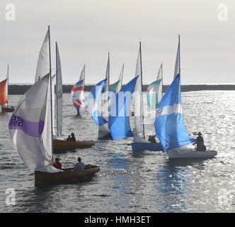 San Diego, Kalifornien, USA. 2. Februar 2017. Segelboote mit Spinnaker angehoben Rückkehr in Mission Bay Harbor - Stockfoto