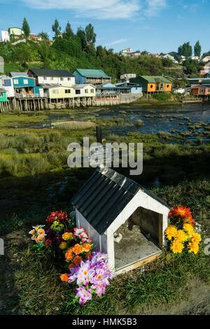 Capilla de unsere Niederlassung de un fallecido y palafitos, Castro, Archipiélago de Chiloé, Provincia de Chiloé, - Stockfoto