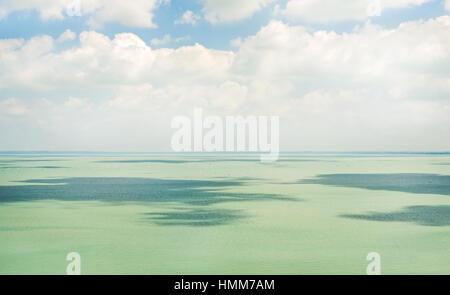 Noch klaren, türkisfarbenen Wasser des Plattensees - Stockfoto
