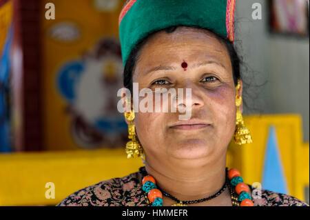 Indische Frau vor einem Tempel tragen die Tracht und ein Bindi (roter Punkt in der Mitte der Stirn getragen) - Stockfoto