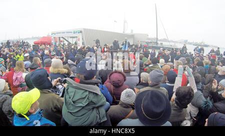 Gosport, Hampshire, UK. 11. Februar 2017. Alex Thomson zurück in seine Heimat Stadt von Gosport an Bord HugoBoss - Stockfoto