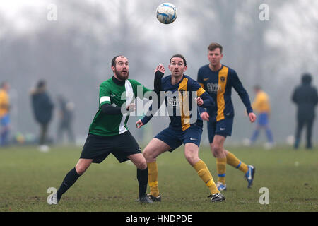 Bocca Albion (blau/gelb) Vs FC BKT Hackney & Leyton Sunday League Junior Cup Halbfinale Football in Hackney Sümpfe - Stockfoto