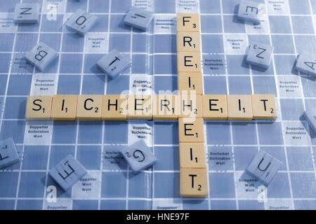 Briefe, bilden die Wörter Sicherheit und Freiheit, Buchstaben Steinring sterben Wörter Sicherheit Und Freiheit - Stockfoto