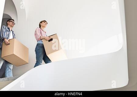 Niedrigen Winkel Ansicht des Paares mit Umzug in neues Haus-Boxen - Stockfoto