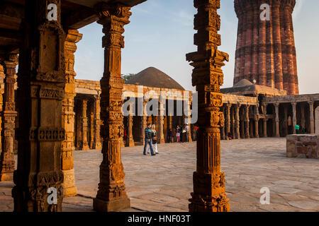 Touristen, die in Qutub Minar-Komplex, Delhi, Indien - Stockfoto