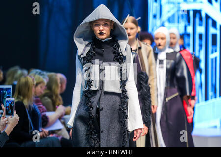 Olympia London, UK Modell 12. Februar 2017 auf Laufsteg am Eröffnungstag der Pure London 2017 Herbst/Winter Kollektion - Stockfoto