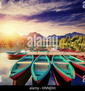 Boot auf dem Dock umgeben Berge. Fantastische Shtrbske Pleso - Stockfoto
