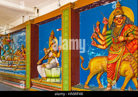 MUNNESWARAM, SRI LANKA - 25. November 2016: Die erleichtete Pannels zeigen Gott Vishnu mit Laksmi, Göttin Saraswati, - Stockfoto