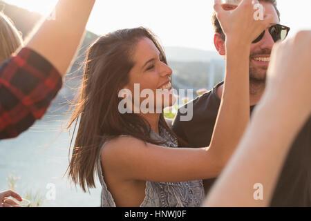 Erwachsene Freunde tanzen am Dach Terrasse Party am Ufer, Budapest, Ungarn - Stockfoto