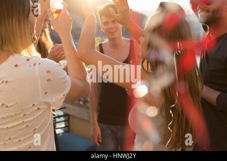 Erwachsene Freunde feiern und tanzen auf Dachterrasse - Stockfoto