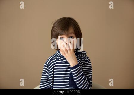Süße Vorschule junge, Grimassen mit unterschiedlichen Emotionen, isoliert Bild - Stockfoto