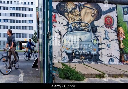 East Side Gallery. Brezner und Honecker küssen sich auf Trabi über die Mauer. Berlin. Deutschland - Stockfoto