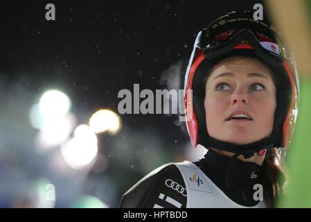 Lahti, Finnland. 24. Februar 2017. Deutsche Weltmeister Carina Vogt nach Abschluss einen Sprung an die Nordischen - Stockfoto