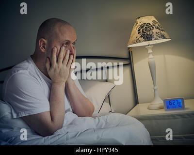 Applying Mann wacht in der früh - Stockfoto
