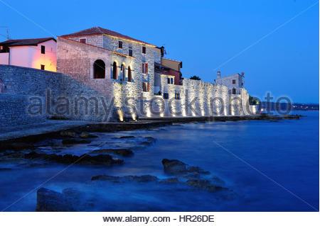 Alte Stadtmauer in der Stadt Novigrad, Istrien, Kroatien - Stockfoto
