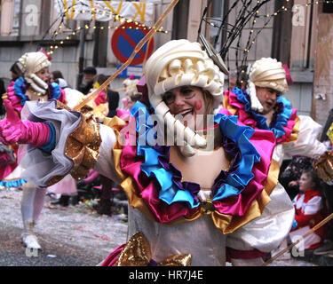 AALST, Belgien, 26. Februar 2017: Unbekannte Tänzerin genießen die Parade während des jährlichen Karnevals in Aalst. - Stockfoto