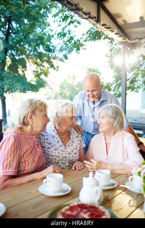 Senioren Freunde Tea-Party im schönen Sommer-Café und teilen Neuigkeiten mit einander, zwei Frauen, die jeweils - Stockfoto