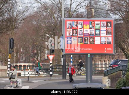 Amsterdam, Niederlande. 3. März 2017. Ein Plakat mit der Wahlplakate aller Parteien für den niederländischen Parlamentswahlen - Stockfoto
