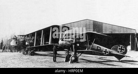 WWI, Albatros mit Gotha, deutsche Kampfflugzeuge - Stockfoto