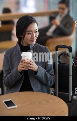 Geschäftsfrau im Flughafen warten - Stockfoto
