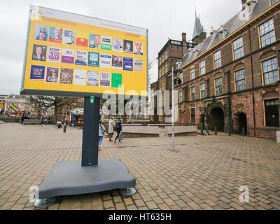 Board mit Wahlplakaten aller niederländischen Parteien am Binnenhof in den Haag, Niederlande - Stockfoto