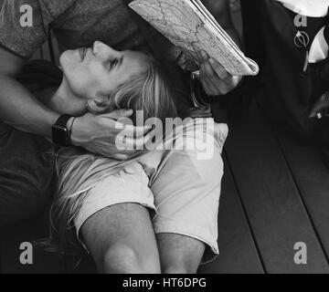 Frau liegend auf Freundes Schoß Reisen - Stockfoto