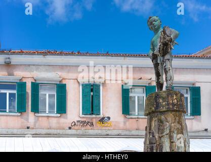 Bronze-Statue junge mit Fisch, Teil eines Brunnens in Rovinj, Kroatien - Stockfoto