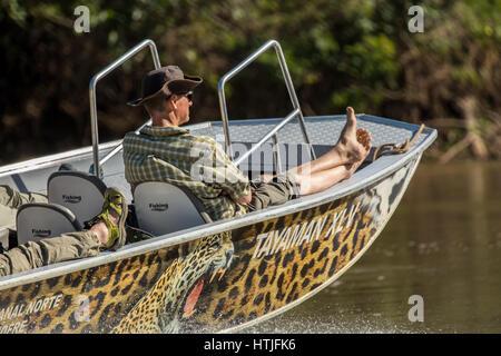 Entspannen Sie sich auf ihrer Tour Touristen Boot wie sie auf der Suche nach Jaguare im Fluss Cuiaba Pantanal-Region, - Stockfoto
