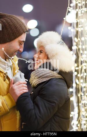 Liebhaber in Winter Straße umarmen - Stockfoto