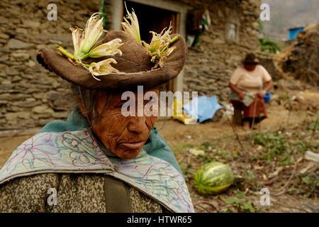 Alte Dame mit Hut, Pensionär, außerhalb Gehöft Heim, Anden, Peru, Südamerika. - Stockfoto