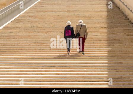 Zwei ältere Menschen hand in hand gehen zusammen auf die steinernen Stufen von Renzo Piano entworfen, Eingang und - Stockfoto