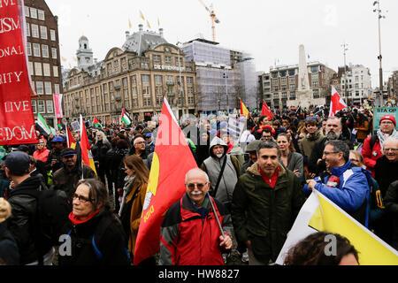 Amsterdam, Niederlande. 18. März 2017. Die Demonstranten März mit Bannern, Fahnen und Schilder durch Amsterdam. - Stockfoto